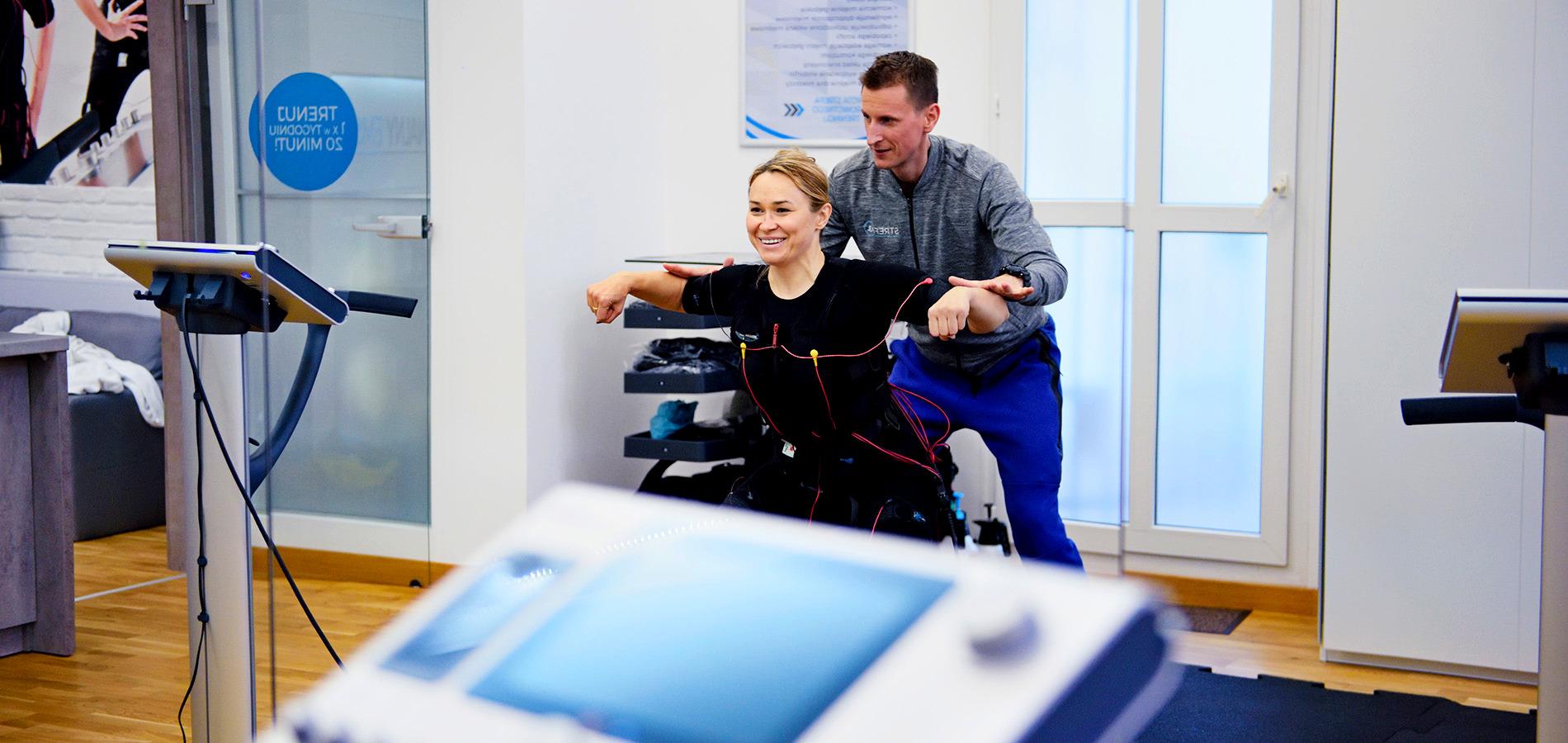 pod stałą opieką trenera, korekcja postawy i pomoc przy prawidłowym wykonywaniu ćwiczeń